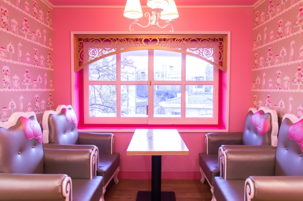 Hongdae\'s NEW Hello Kitty Cafe | Seoul Searching